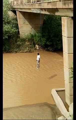 مشهد صادم .. شاب يضع حدا لحياته شنقا بواسطة حبل مربوط بقنطرة