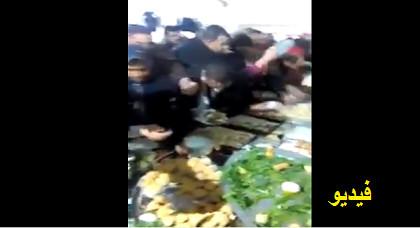 الشوهة: شاهد تهافت الناس على مائدة الغذاء بمعرض في الناظور