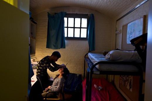 زوجان من اللاجئين الرجل كوافير يزين زوجته