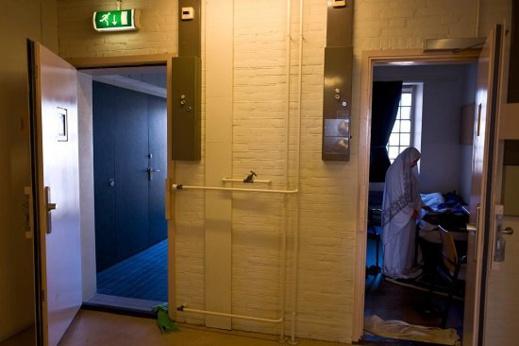 واحدة من اللاجئات تصلى داخل غرفتها