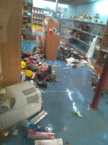 صور تكشف حالة هلع المسافرين وحجم الخسائر داخل الباخرة التي صارعت تقاذف الأمواج في عرض بحر مليلية