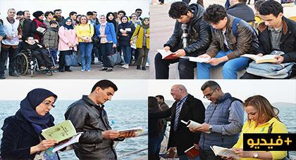 """عشرات محبّي القراءة يلبون دعوة """"أجي نقراو"""" ويبصمون بنجاح على قراءة جماعية وسط كورنيش الناظور"""