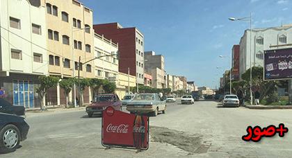 حفرة وسط شارع رئيسي بالعروي تربك حركة السير ومواطن يتدخل لإصلاحها مؤقتا بعد أن عجز مسؤولو  المدينة