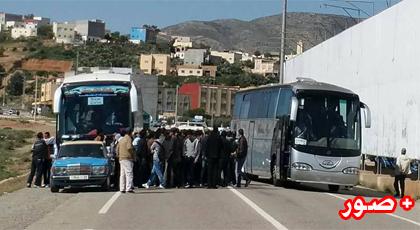 """سائقو  """"الطاكسيات"""" يحاصرون الحافلات المارة من الطريق الساحلي الرابط بين الناظور والحسيمة"""