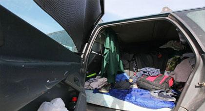 مأساة إنسانية.. مغاربة اتخذوا سياراتهم منازل لهم