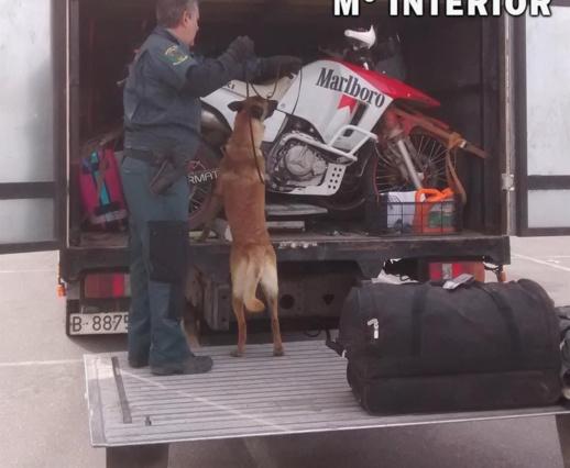 شرطة ألميريا تعثر على  أربعة مهاجرين سريين داخل شاحنة محملة بدراجات السباق قادمة من بني نصار