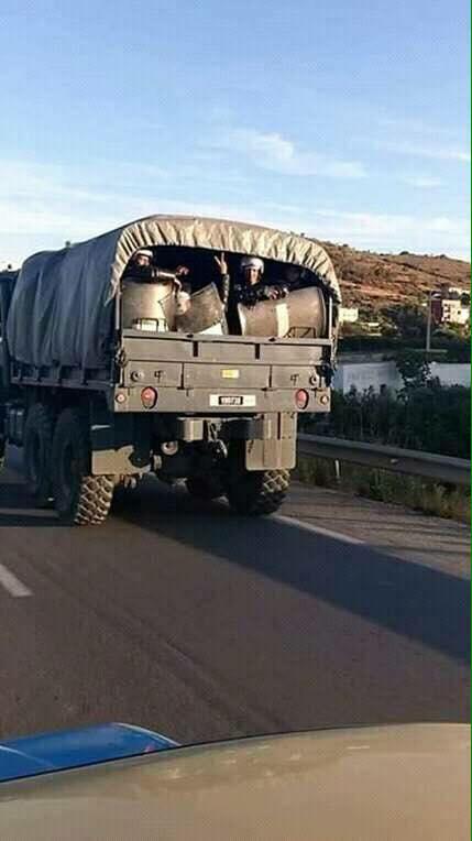 صورة عسكري يُشهر شارة النصر في وجه الحراكيين بالحسيمة تجتاح الفايسبوك