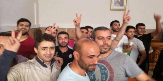 """معتقلو """"حراك الريف"""" يرفعون """"شارة النصر"""" داخل محكمة الحسيمة"""
