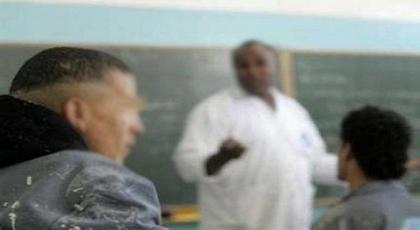 بسبب أدائه لعمله.. أستاذ يقفز من النافذة بعد أن هدده تلميذ بسكين