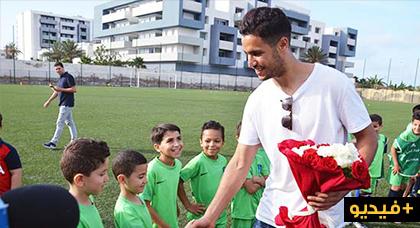 """حارس المنتخب المغربي منير المحمدي يزور مدرسة """"المنار"""" لكرة القدم بالناظور"""