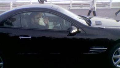 الملك يقود سيارته وسط مدينة الناظور ويتسلم رسالة من أحد المواطنين