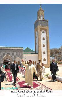 أمير المؤمنين يؤدي صلاة الجمعة بمسجد محمد السادس في الحسيمة