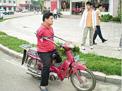 القبض على شخص بدون ذراعين يقود دراجة نارية