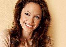الممثلة أنجلينا جولي تدعو الى تقديم مساعدات للعراق