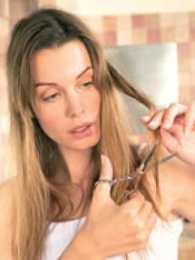 انتبهي.. حرارة المكواة تؤذي شعرك وتدمره