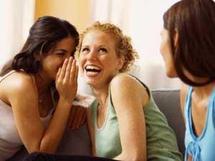 دراسة: النميمة تمنح النساء السعادة