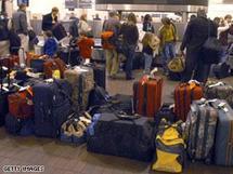 """إخلاء طائرة ركاب بمطار أبوظبي بعد """"مزحة"""" بتفجيرها"""