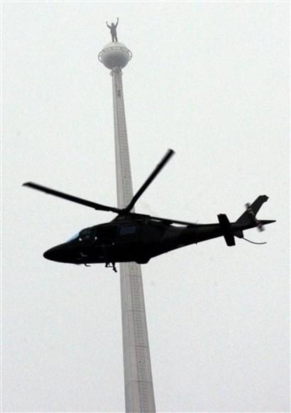 سبايدرمان الفرنسي يتسلق بُرجي بيتروناس