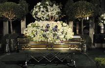 دفن مايكل جاكسون بعد أكثر من شهرين على وفاته