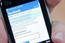 فتاتان تستخدمان موقع فيس بوك لطلب الطواريء