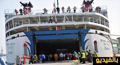 """شعارات ترحيبية بميناء الحسيمة فرحا بحلول """"الجالية"""" ودعوتهم للمشاركة في مسيرة 20 يوليوز"""