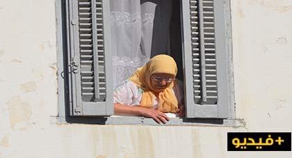في مشهد مؤثر.. سيدة ترمي البصل وقنينات الماء للمتظاهرين لمواجهة الغازات المسيلة للدموع