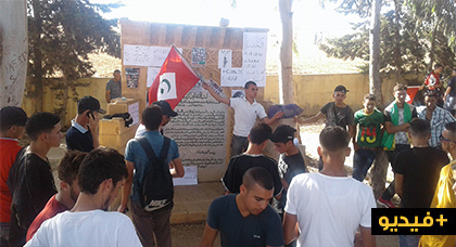 نشطاء يخلدون الذكرى 96 لمعركة انوال المجيدة بوقفة إحتجاجية رفعوا فيها شعارات الحراك