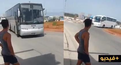 شاهدوا أسطولا من الحافلات والشاحنات الخاصة بتأمين الزيارات الملكية يعبر إلى الحسيمة