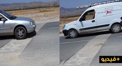 بالفيديو.. شاهدوا كيف تضيع ممتلكات المواطنين بسبب حفرة مشرعة على الطريق بين الدريوش وميضار