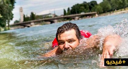من الغرائب.. بسبب الإزدحام المروري شخص يسبح يوميا للوصول إلى العمل