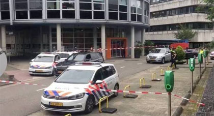 بالفيديو.. رجل مسلح يقتحم مقر إذاعة هولندية ويحتجز رهينة داخلها