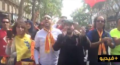 """الفنان خالد إزري يؤدي أغنيته المشهورة """"ميش غا نك أناري"""" خلال مسيرة باريس التضامنية مع الريف"""