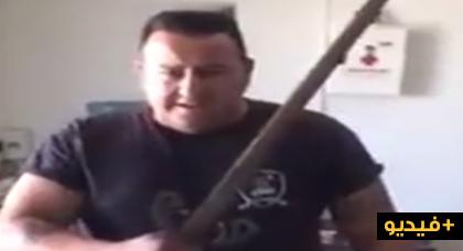 شاب إسباني يشهر سيفا يهدد بواسطته المغاربة بالتصفية بعد الهجمة الإرهابية على برشلونة
