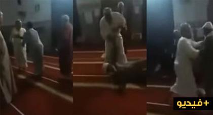 إشتباكات بالأيدي وضرب بالكراسي داخل مسجد