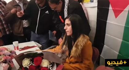 """بالفيديو.. إستقبال حافل للمعتقلة السابقة """"سيليا"""" في أروقة الحفل الإنساني بباريس"""
