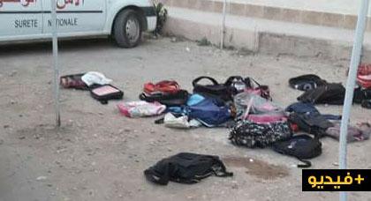 بالفيديو.. تلاميذ حي أولاد أعمامو يلقون محافظهم الدراسية أمام مفوضية الشرطة بزايو لهذا السبب