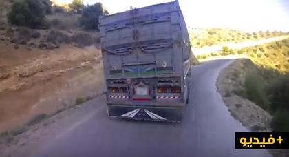 شاهد كيف تمر الشاحنات الكبيرة بصعوبة من منعرجات تزي عزى