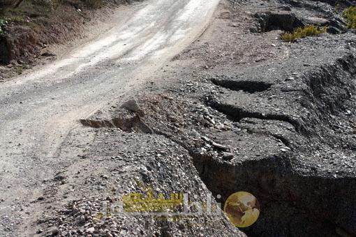 بالصور.. الضباب والحفر يعيقان حركة السير على مستوى الطريق الرابط بين تمسمان وإمزورن