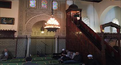 """فرنسا تغلق مسجدا في ضواحي باريس بسبب """"خطب متطرفة"""" و""""إشادة بالارهاب"""