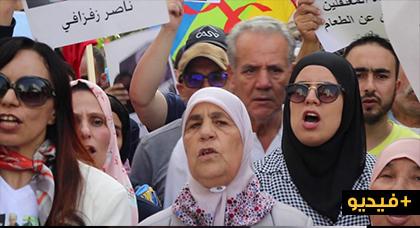 في أول ظهور لها بعد إصابتها بالسرطان.. شاهد ما قالته والدة ناصر الزفزافي في مسيرة اليوم بالدار البيضاء