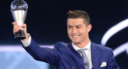 """نجم ريال مدريد """"كريستيانو رونالدو"""" يتوج بلقب أفضل لاعب في العالم للمرة الثانية على التوالي"""