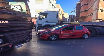 شاحنة لنقل الإسمنت تصطدم بسيارة أجرة وسط الناظور