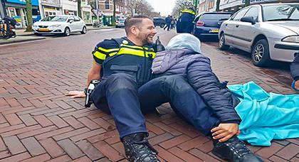 مثير.. شرطي هولندي يسند ظهر إمرأة دهستها سيارة في مشهد إنساني يشعل الفيسبوك
