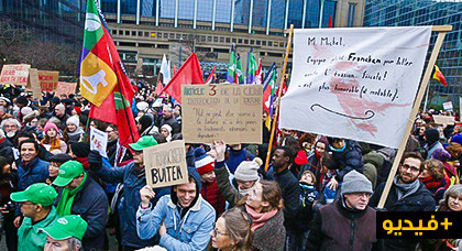 بروكسل .. آلاف الأشخاص يتظاهرون للمطالبة باستقالة كاتب الدولة المكلف باللجوء والهجرة