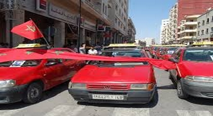 سائقو الطاكسيات بوجدة ينفذون الإضراب ويشلون حركة السير بسبب إرتفاع أسعار المحروقات