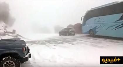 ثلوج كثيفة تقطع الطريق الوطنية الرابطة بين الحسيمة وتطوان