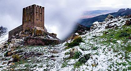 """شاهد كيف غطت الثلوج قمم وسفوح جبال """"غورغو"""" بالناظور في مشاهد خلابة تأسر الناظرين"""
