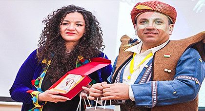 """الدموع تغالب زوجة المناضل الأمازيغي """"معتوب لوناس"""" في افتتاح المؤتمر التاسع لامازيغ العالم"""