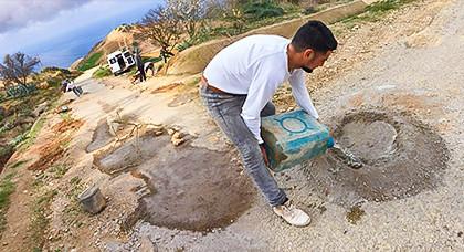 مواطنون يقومون مقام المجلس الجماعي ويتطوعون لاصلاح الطريق الرابطة بين الكبداني و الساحلي