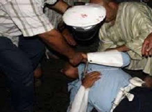 هاذ شي خطير.. عشرة أشخاص بفاس بينهم فتاة قاصر حيدو لبوليسي عينيه و شرملو رجال شرطة بالأسلحة البيضاء